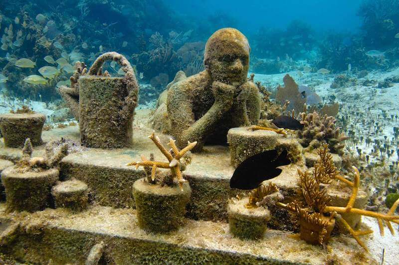 Estatua bajo el mar en Cancun